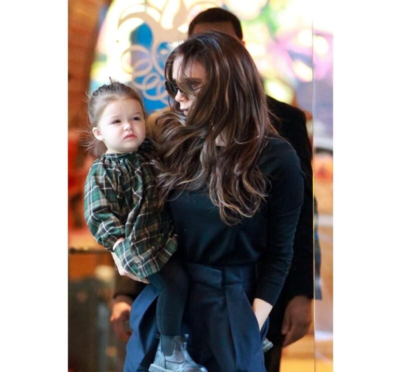 La más pequeña del clan Beckham tiene apenas un año y medio y ya comienza a adquirir las poses de Victoria, su famosa madre.