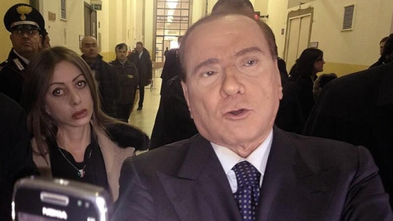 berlusconi atiende a la prensa en el tribunal de milan