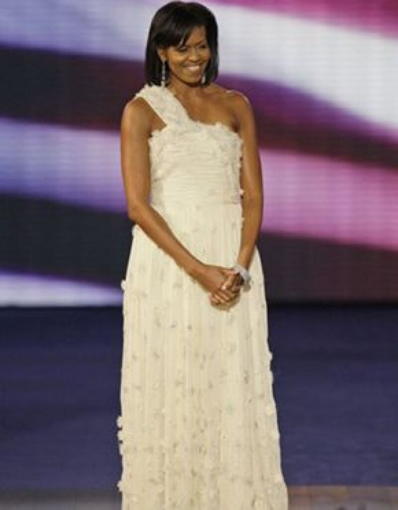Para los bailes de investidura, Michelle vistió un traje de gala de chiffon blanco, de un hombro y falda larga de Jason Wu.