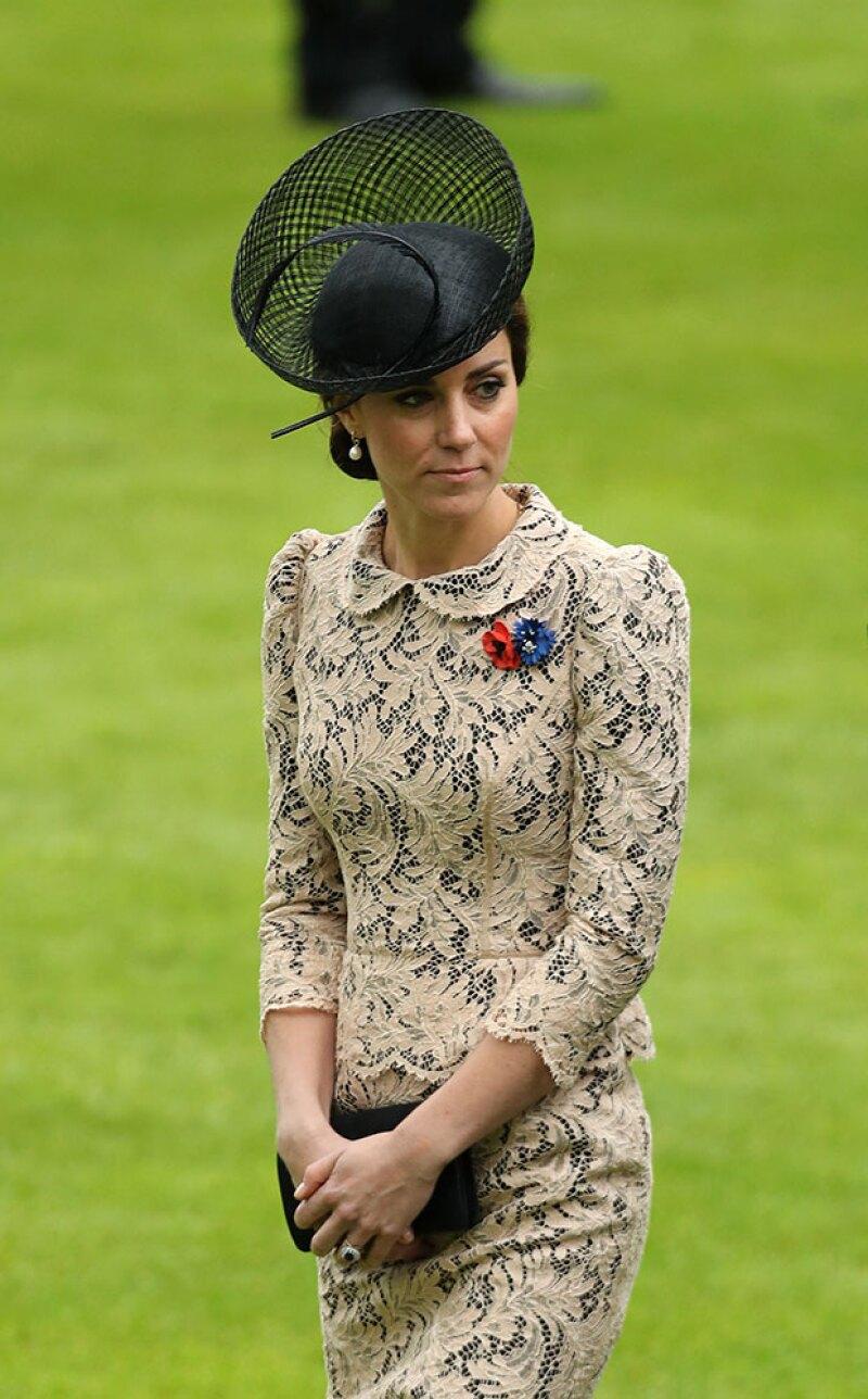 Aunque el encaje es de la misma empresa que hizo el de su vestido de novia, esta pieza no es de Alexander McQueen.