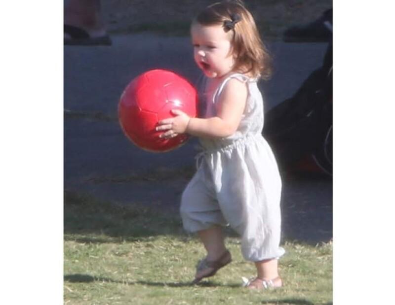 Harper, con un traje color gris claro y unas sandalias con una flor al frente, no soltó su balón rojo.
