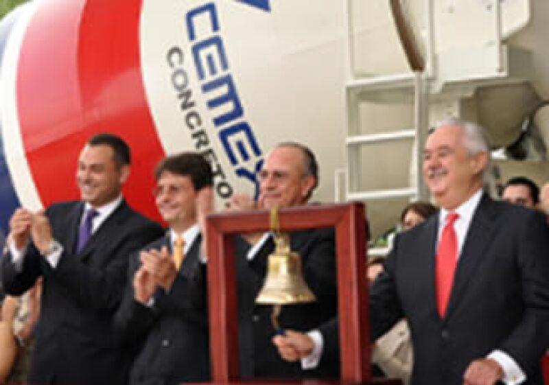 Lorenzo Zambrano (izq) celebró los 10 años de Cemex en la Bolsa de Nueva York. (Foto: Cortesía NYSE)