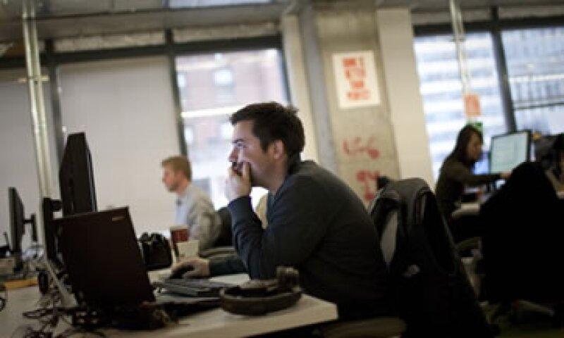 Si te tocará trabajar mientras otros festejan, quizá puedas negociar con tu empresa otros beneficios.(Foto: Getty Images)