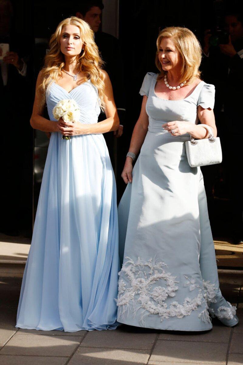 Paris Hilton, y su mamá Kathy, optaron por lucir vestidos en color celeste.