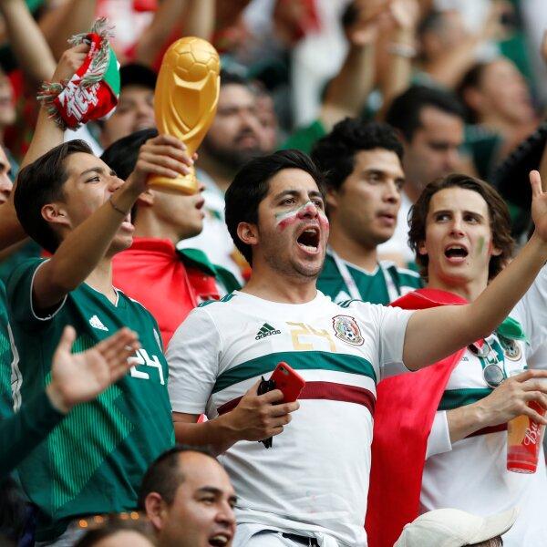 Los aficionados mexicanos sienten la copa en sus manos