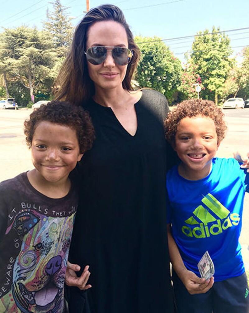 Angelina Jolie se tomó la foto de recuerdo con los gemelos Allen y Brandon.