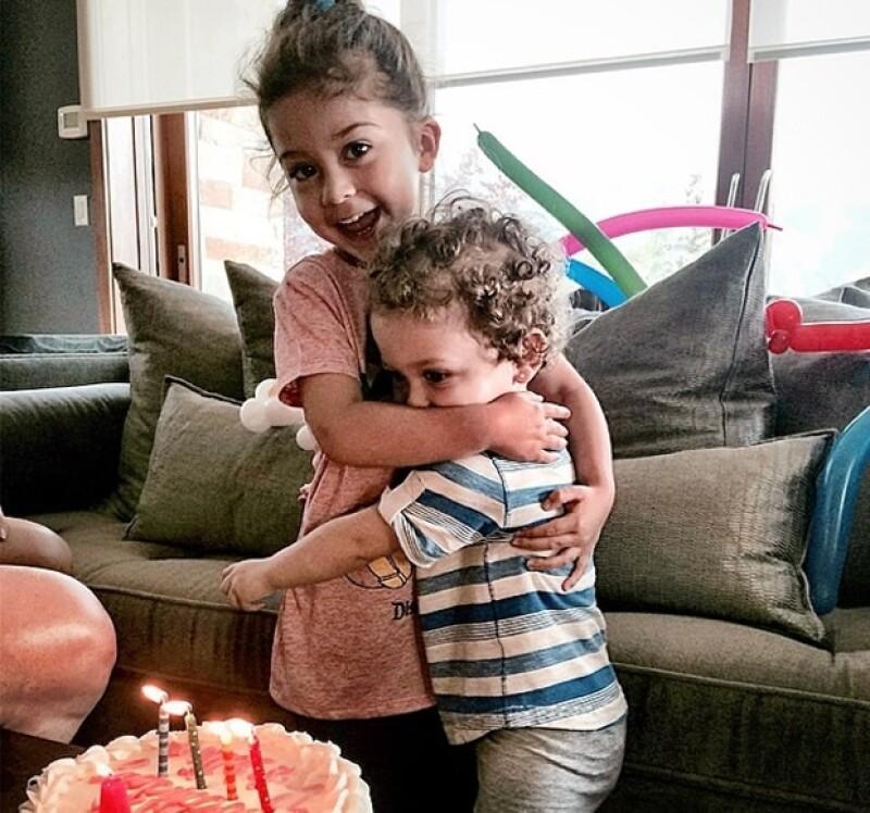 La pequeña Valentina apagó las velas del pastel junto con su hermana Mariaignacia.