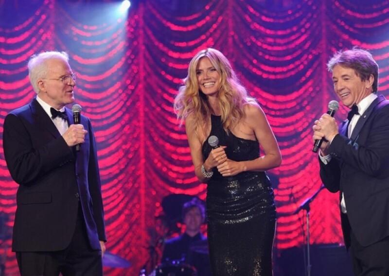 Durante una gala de caridad en Nueva York, la modelo y el comediante Martin Shot tropezaron, y al momento la transparencia de su vestido dejó al descubierto una parte de su trasero.