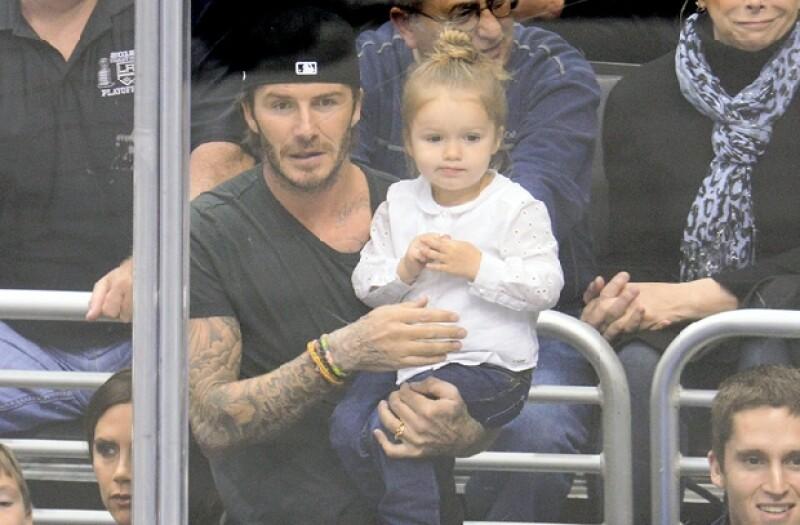 Harper y David son una de las parejas más adorables, la pequeña observó el encuentro desde los brazos de su famoso padre.