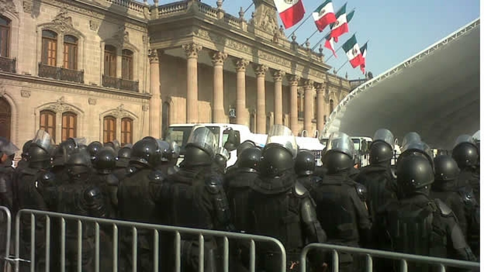 antimotines vigilan el palacio de gobierno