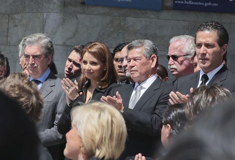 Rafael Tovar y De Teresa, Angélica Rivera y Jorge Eduardo Murguía durante el homenaje póstumo al actor Joaquín Cordero en el Palacio de Bellas Artes.