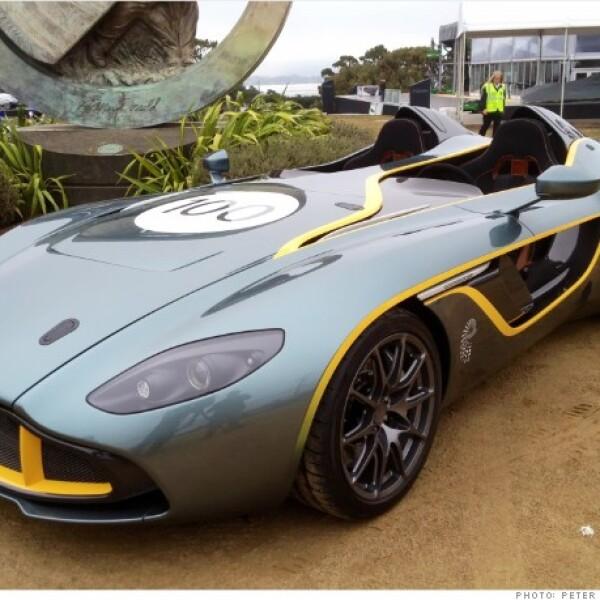 Estacionado junto al Vanquish Volante, el auto concepto CC100 de Aston Martin hizo su primera aparición en Estados Unidos. Comparten el mismo motor, pero, en este caso, sin techo. Está inspirado en un auto de carreras de Aston Martin.