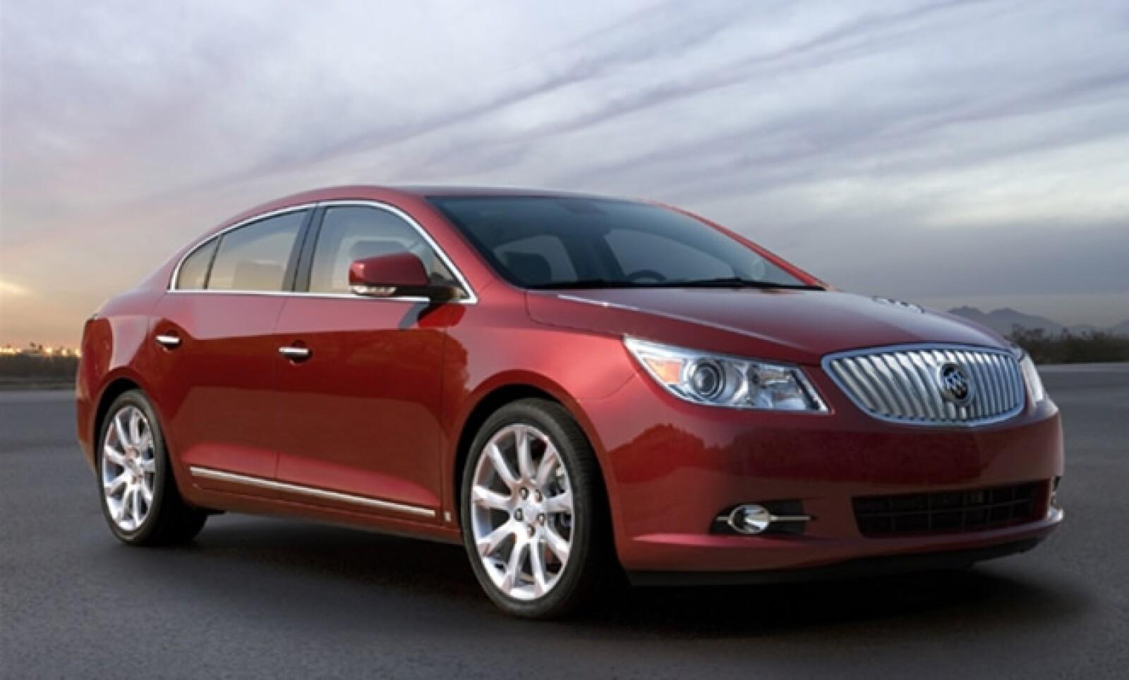 Este modelo, con perfil de coupé y elegante presencia está disponible en todos los distribuidores Buick-GMC alrededor del país.
