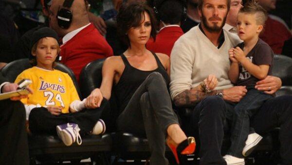 David Beckham, Victoria y sus hijos, pasan un buen rato en el juego de los Lakers.