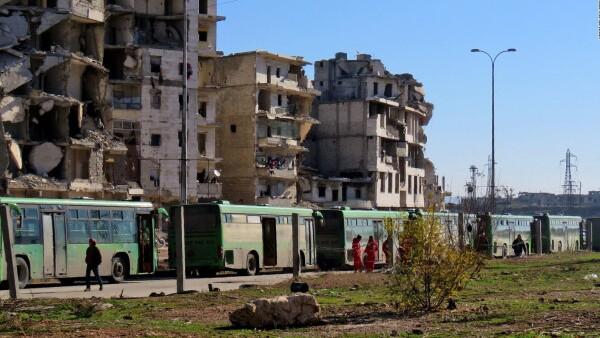 Aleppo evacua a civiles en medio de ataques