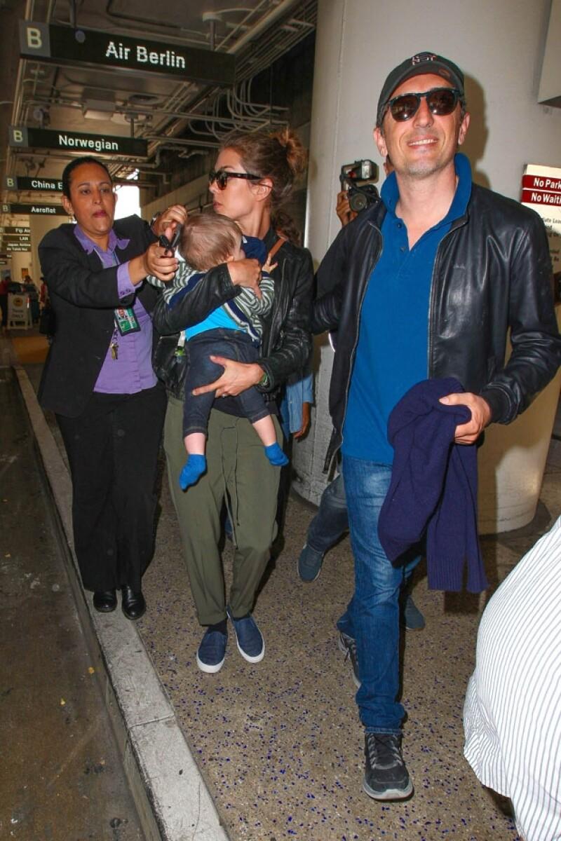 Gad Elmaleh trató de adelantar a su novia e hijo mientras el trío era asediado por los paparazzi.