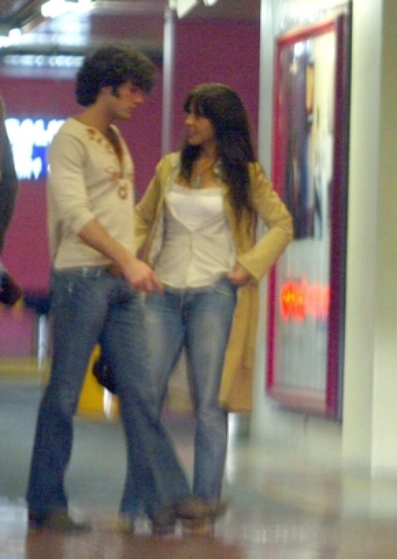 En 2006 la relación entre Kate y Aarón se confirmaba tras la publicación de unas fotografías donde se les veía besándose.