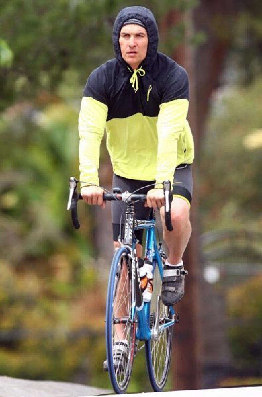 El guapo Matthew McConaughey se subió a la bici para dar un paseo en Malibú, California. Por eso tiene esas piernas tan duras.