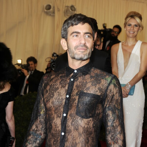 Marc Jacobs con vestido de Comme des Garcons
