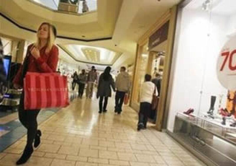 Las compras con tarjetas bancarias en EU se redujeron por la recesión económica. (Foto: Reuters)
