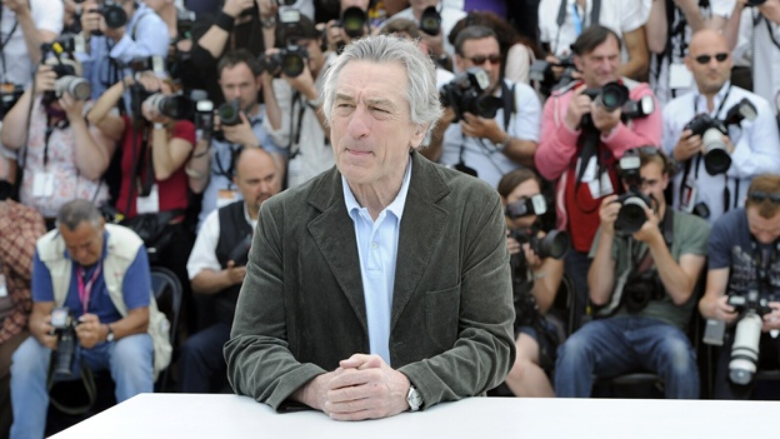 actor robert de niro posa ante las camaras