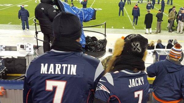 La pareja de esposos dejó en claro que las carreras no es el único deporte que los apasiona, y que el frío tampoco es impedimento para disfrutar de un partido de americano.