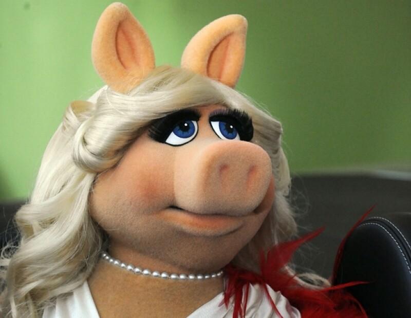 La glamorosa cerdita acudió al show de Anderson Cooper  y aceptó que conserva su belleza, gracias a la `ayuda´ de la cosmetología.