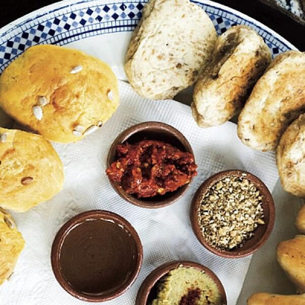 Panes, humos, chile y otros ingredientes llenan las mesas de los muchos lugares para comer.