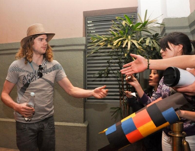 Joey Clement, miembro de la banda que acompaña a la cantante estadounidense, se acercó a sus fans para darles autógrafos y tomarse fotografías con ellos.