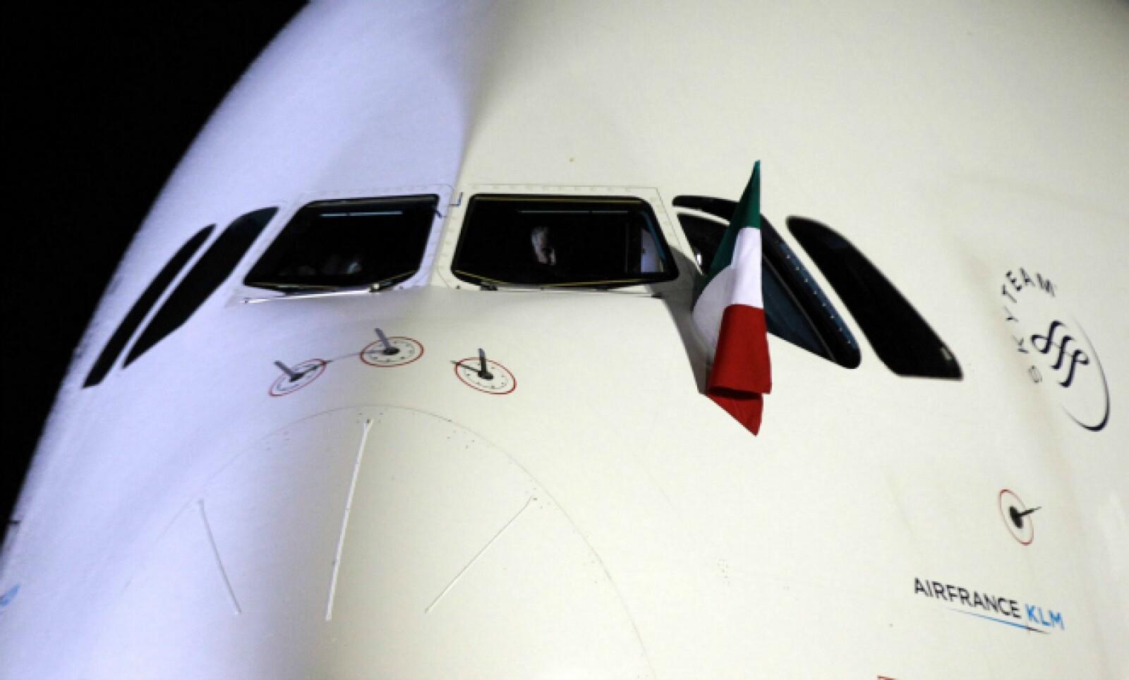 El avión fue recibido con música mexicana interpretada por un mariachi.