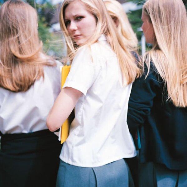 """En la película """"The Virgin Suicides"""" Lux Lisbon (Kirsten Dunst) y sus hermanas logran conspirar en contra de un grupo de vecinos que las adoran. No se dejen llevar por la adorable cara de la actriz."""