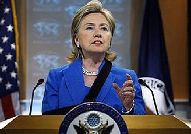Hillary Clinton dio a conocer la mediación de Oscar Arias durante una conferencia de prensa posterior al encuentro con Zelaya. (Foto: AP)