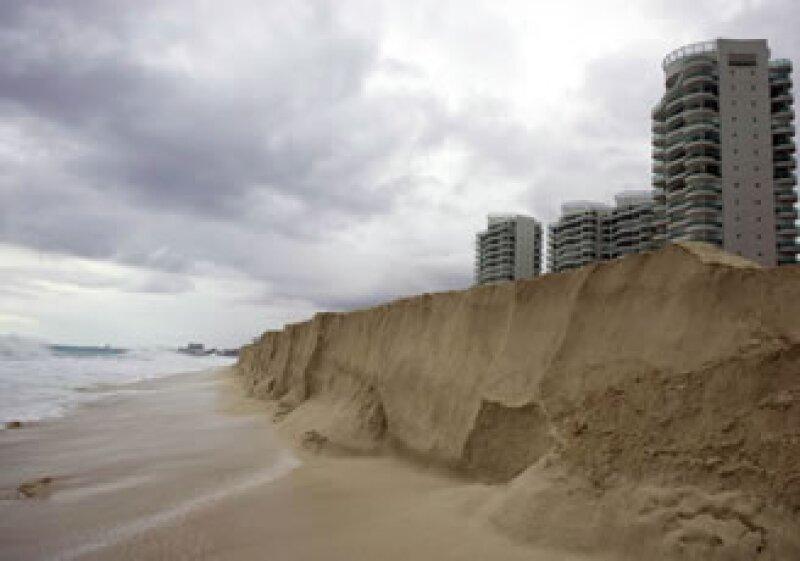 Las playas de Cancún lucen vacías por el paso del huracán Ida. (Foto: Notimex)