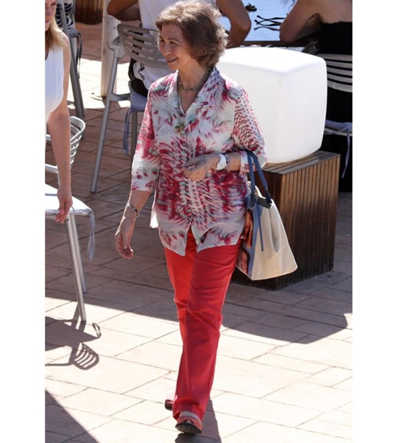 Doña Sofia causó gran simpatía en Palma Mallorca al vestir un tierno bolso que mostró la cara de sus ocho nietos.