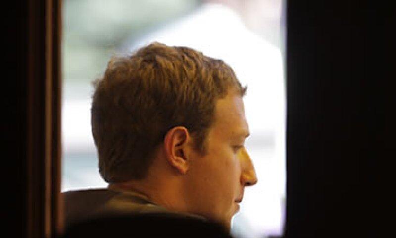 Zuckerberg, de 28 años, controla más de la mitad de las acciones con derecho a voto en Facebook. (Foto: AP)