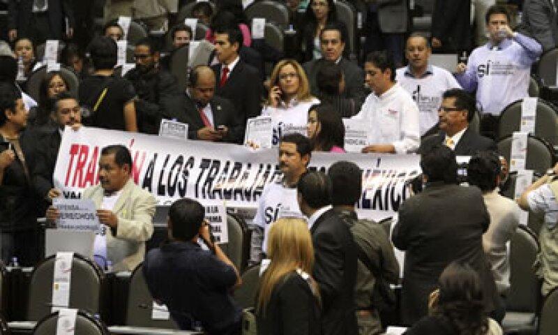 Diputados de la izquierda comenzaron a subir a la tribuna mostrando carteles. (Foto: Notimex)