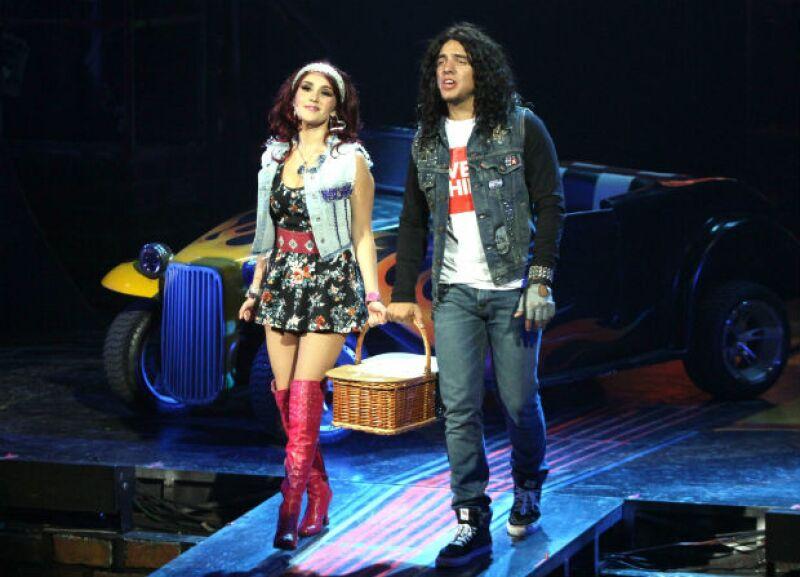 Dulce María en el papel de Sherrie junto a Vadhir Derbez en el musical Rock of Ages.