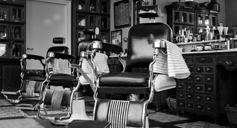 Las clásicas barberías, caracterizadas por los suelos blancos con negro, las sillas de piel y los iconicos postes de barbero en blanco y azul, son un simbolo más de la época.
