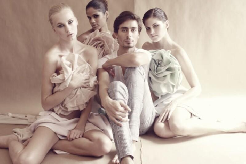 El diseñador Kris Goyri posa junto a modelos con sus diseños recientes.
