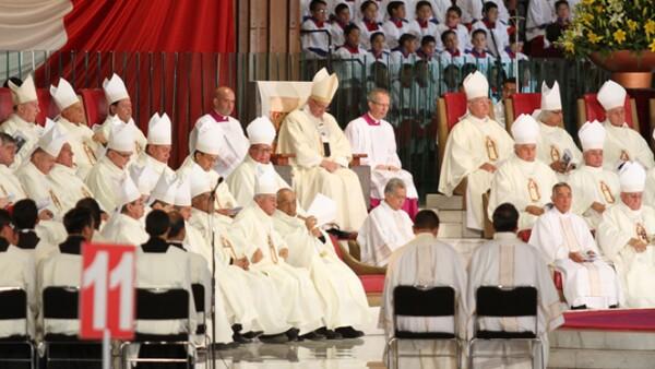 Los obispos acompañaron al papa durante su misa en honor a la Virgen.