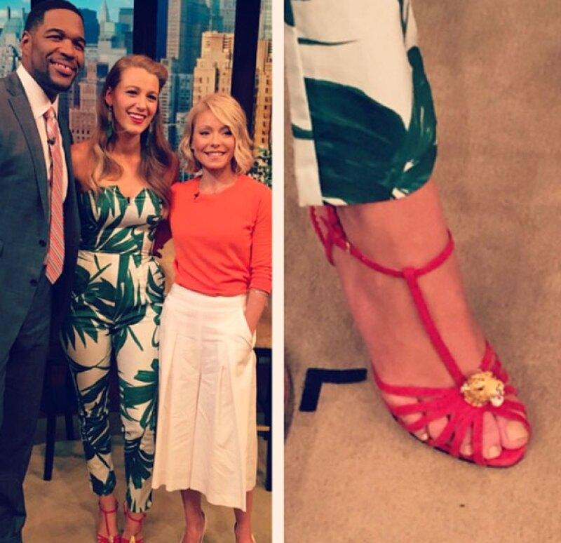 En el programa de televisión, Blake se decidió por un jumpsuit tropical.