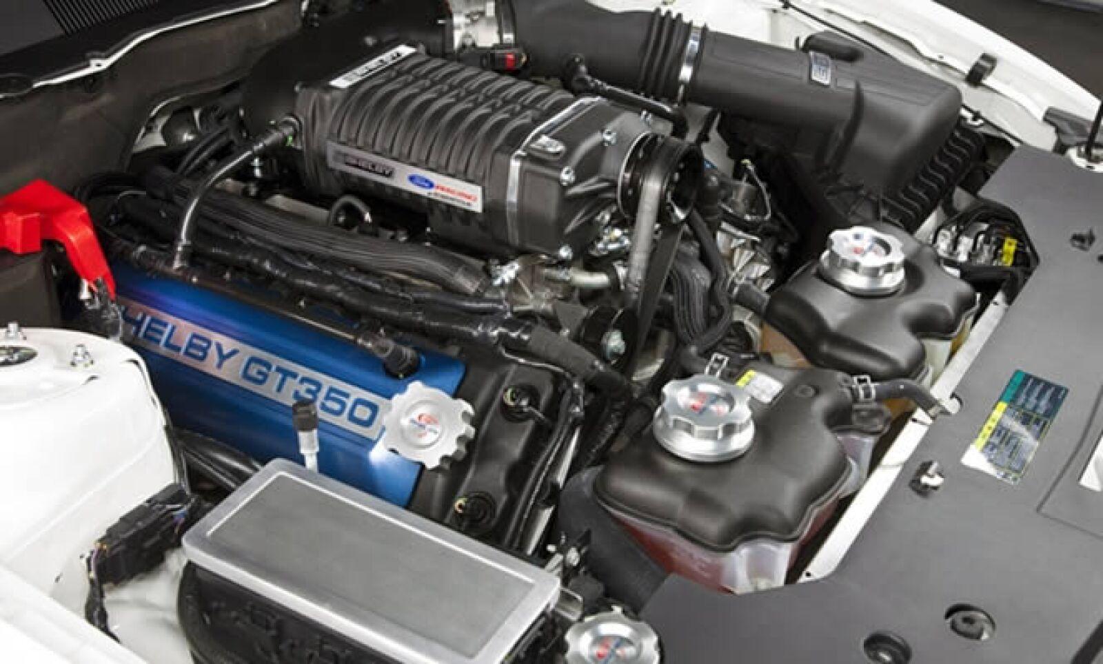 El GT350 tendrá un kit de acondicionamiento mecánico, suspensión mejorada, frenos de alto rendimiento, rines de 19 pulgadas entre otras cosas. Su costo oscilará los 65,000 dólares.