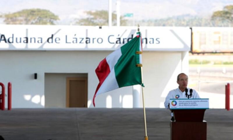Felipe Calderón manifestó que se trata del puerto mexicano en el que se mueve la mayor cantidad de carga comercial. (Foto: Notimex)