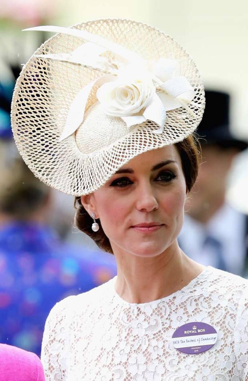 Kate le dio un completo giro a su vestido con un sombrero Jane Taylor en tono crema.