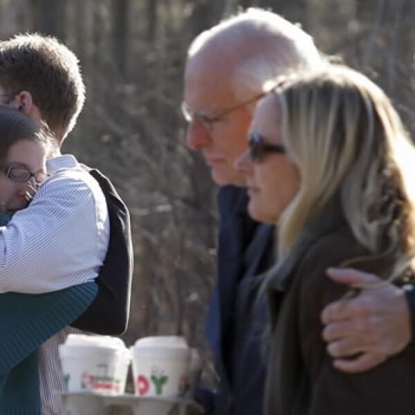 familiares se abrazan afuera de la primaria sandy