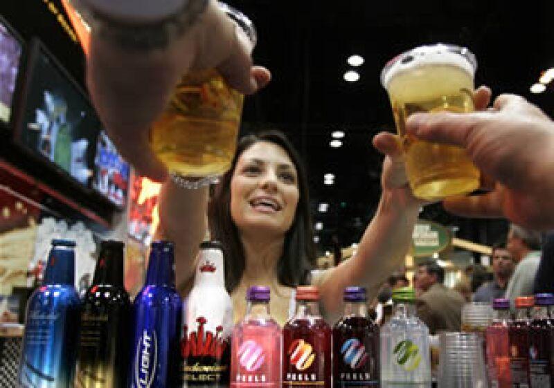 Las altas temperaturas registradas en el territorio mexicano han favorecido una mayor demanda de bebidas. (Foto: AP)