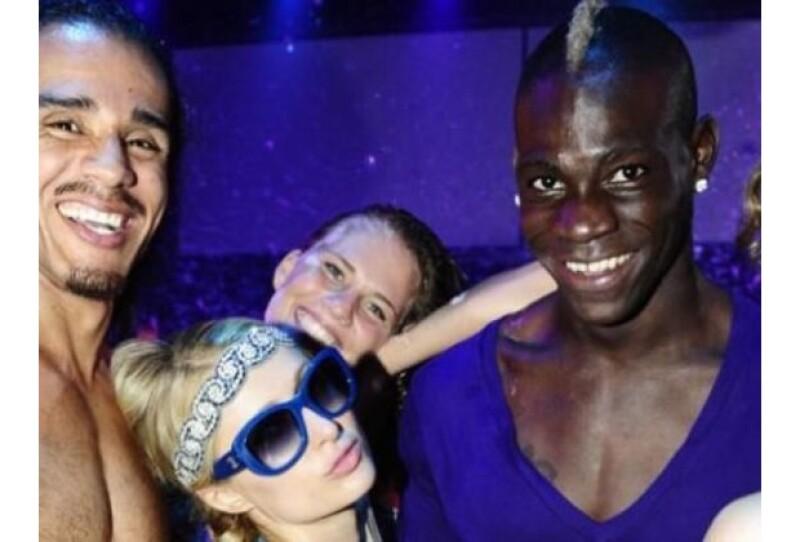 La socialité no perdió oportunidad de fotografiarse junto al jugador Mario Balotelli, con quien se encontró mientras se divertía en Ibiza.