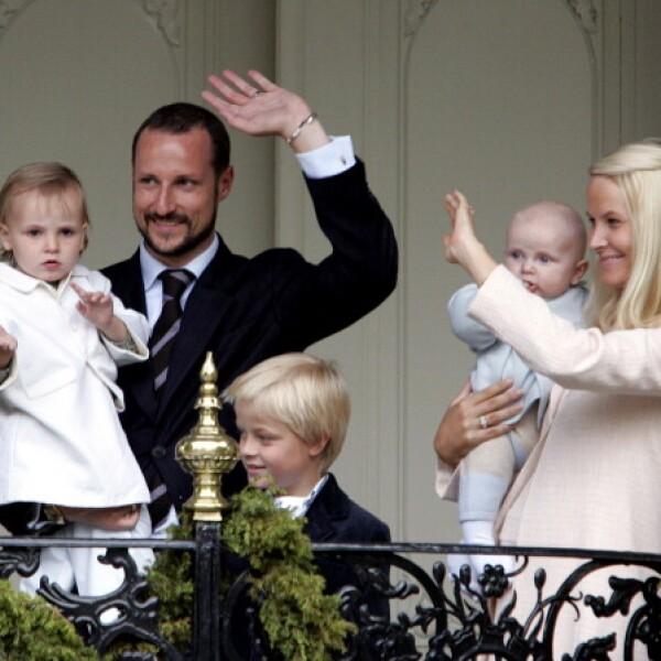 Los príncipes Hakoon y Mette-Marit de Noruega saludando en el balcón.