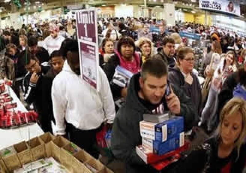 Algunos comercios en EU abrieron justo después de medianoche. (Foto: AP)