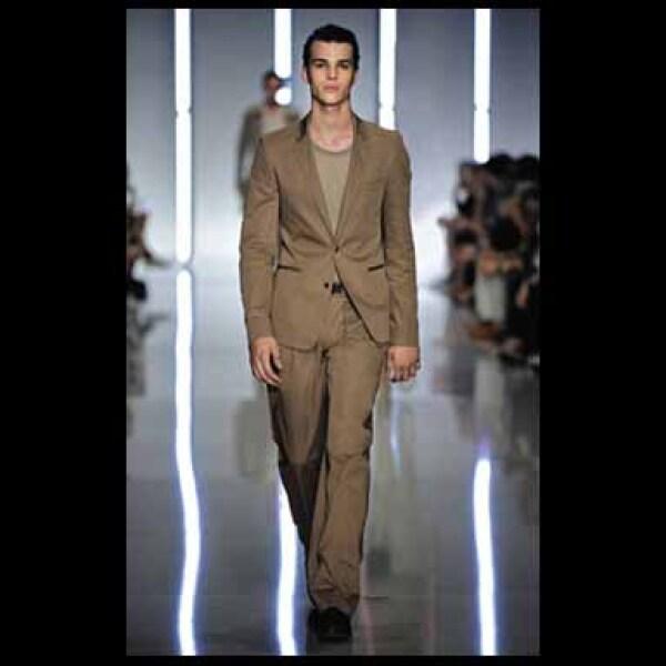 Este conjunto está compuesto por un saco estilo Carten 100% de lana, Jersey Lecco de algodón, pantalones 68% de algodón, así como zapatos y cinturón de piel.